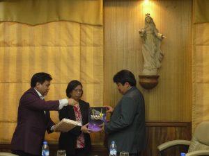 WR IV Unika (kiri) dan Rektor Unika (kanan) saat memberikan cinderamata pada pejabat SBC Filipina