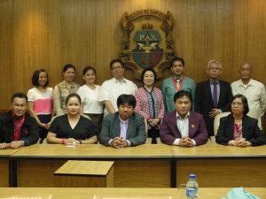 Rektor Unika (tengah, barus depan), WR IV Unika (3 dari kanan, baris depan), Dekan FHK Unika (2 dari kanan, baris belakang) saat berfoto bersama para pejabat dan dosen SBC Filipina di kampus SBC.
